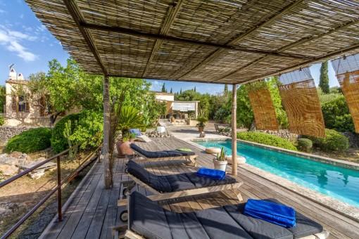 Poolbereich mit überdachtem Sonnenliegenbereich