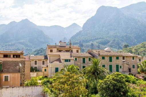 Malerischer Blick auf das Dorf und die Berge
