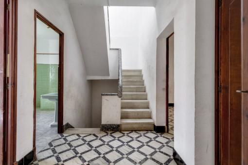 Flur mit hellem Treppenhaus