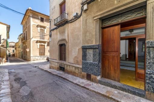 Straßenansicht und Eingang zum Haus
