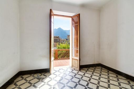 Raum mit Zugang zur schönen Terrasse