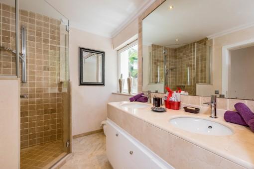 Gästebadezimmer mit Dusche