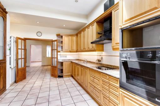 Die voll ausgestattete Küche bietet viel Platz