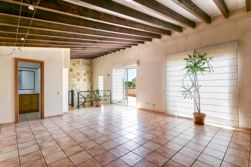 Obergeschoss mit großzügigen Raum und Terrassenzugang