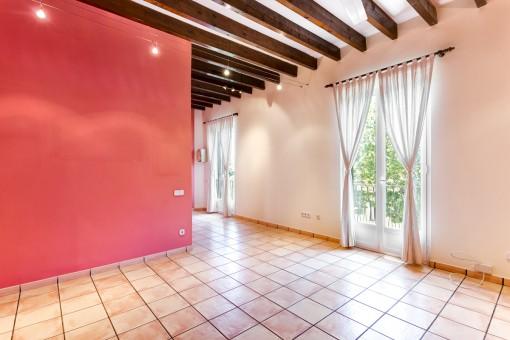 Schöner Wohn-und Essbereich mit französischen Balkonen