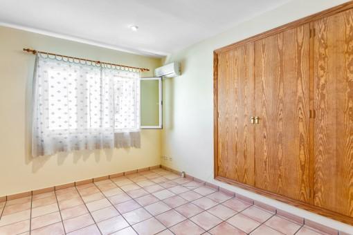 Eines von 3 Schlafzimmern mit Einbauschrank
