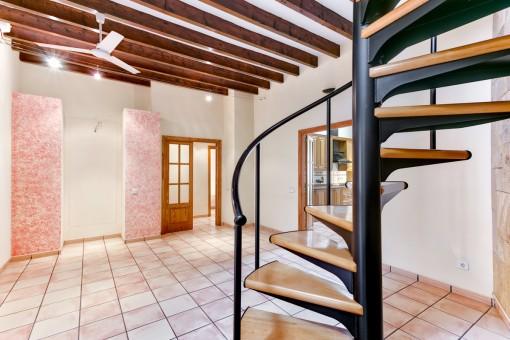 Wohnbereich mit Wendeltreppe zum Obergeschoss