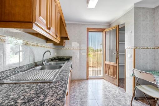 Küche mit Zugang zum Außenbereich