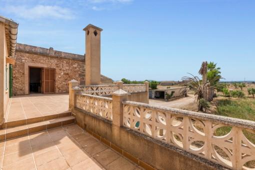 Terrasse mit Blick auf das Grundstück