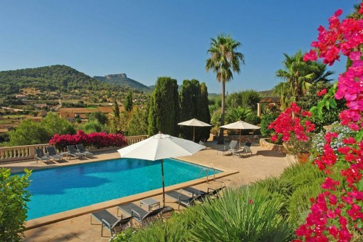 Poolbereich mit tollem Landschaftsblick