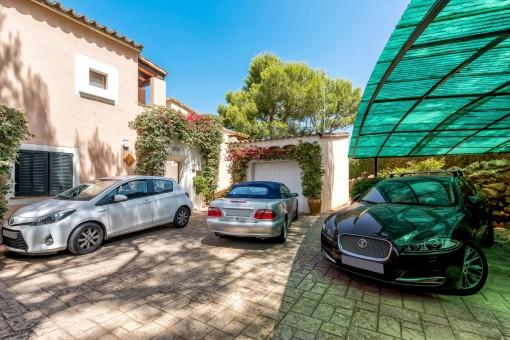 Großer Parkplatz und Garage