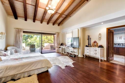 Elegantes Hauptschlafzimmer mit Badezimmer en Suite