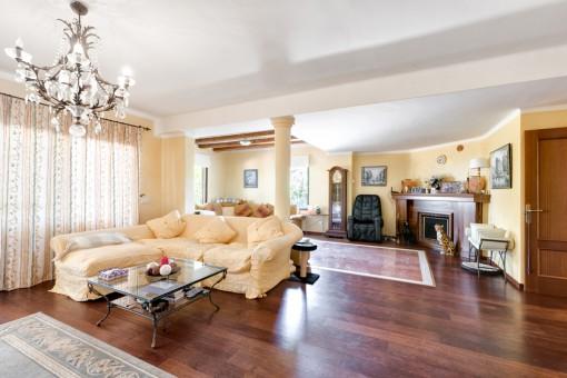 Offener Wohnbereich mit Sofa