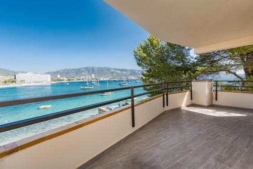 Komplett renoviertes & hochwertig möbliertes Apartment in erster Meereslinie mit Meerblick und Strandzugang