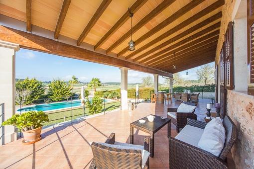 Terrasse mit einmaligem Poolblick