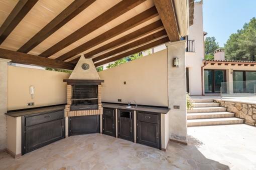 Außenküche im Poolbereich