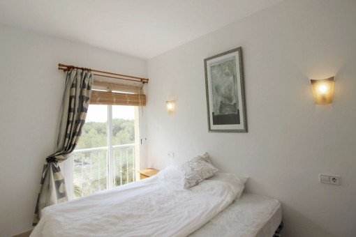 Eines von 2 hellen Schlafzimmern