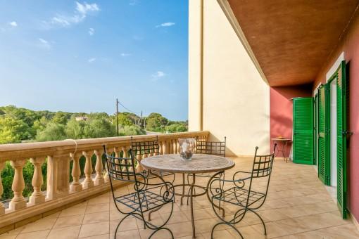 Große Terrasse mit Sitzbereich