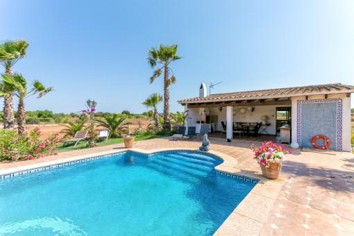 Pool mit fantastischer Sommerküche und Gästehaus