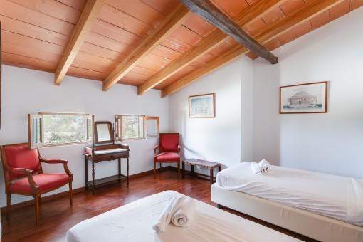 Komfortables Schlafzimmer mit Holzdecke