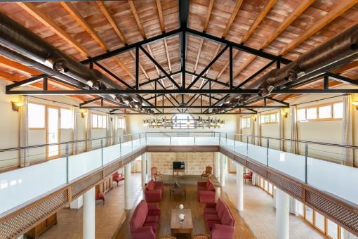 Beeinddruckende Galerie im Obergeschoss