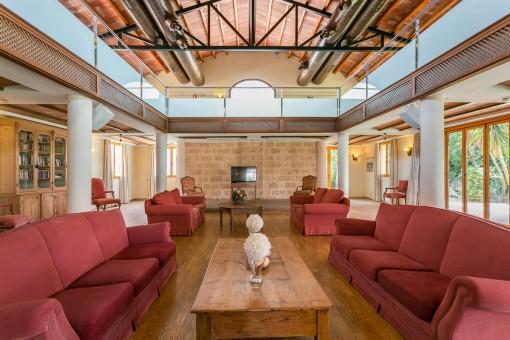 Gemütlicher Wohnbereich mit hoher Decke