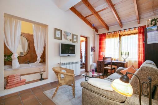 Schöne Schlafzimmer-Suite mit offener Badewanne