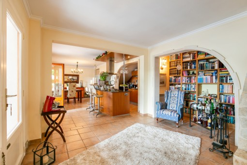 Großzügiger Wohnbereich mit offener Küche