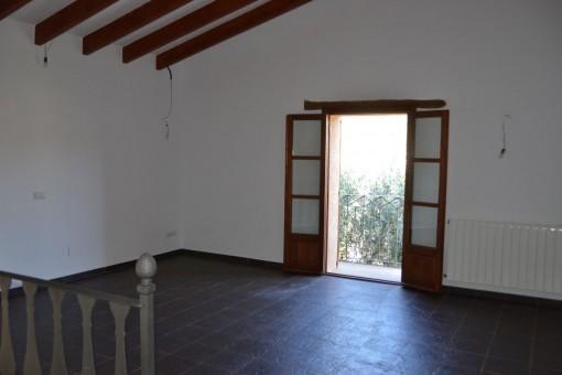 Großer Raum mit Holzdeckenbalken