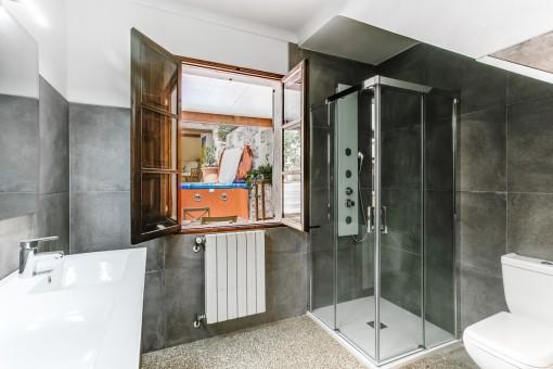 Badezimmer mit Dusche und Heizung