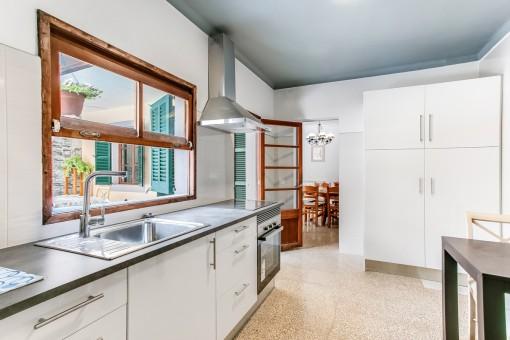 Küche mit Blick in den Patio
