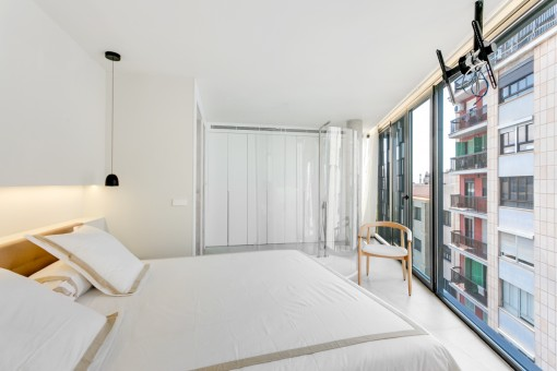 Schlafzimmer mit Fensterfront