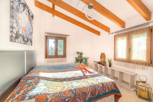 Doppelschlafzimmer mit Holzdeckenbalken