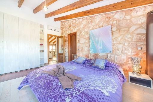 Schlafzimmer mit Natursteinwand