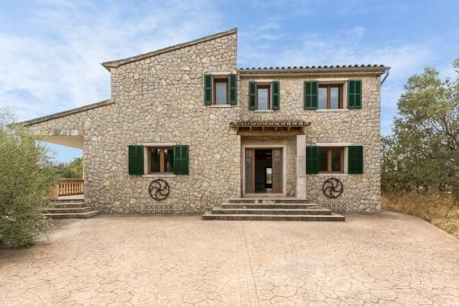 Renovierte Finca mit steinverkleideter Fassade, großem Grundstück und Pool nahe Binissalem