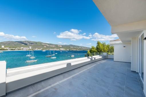 Penthouse mit Meerblick und direktem Strandzugang in Torrenova