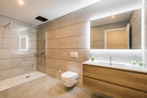 Geräumiges Badezimmer mit bodentiefer Dusche