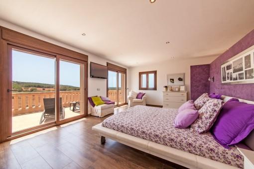 Schlafzimmer mit Panoramafenster und Balkon