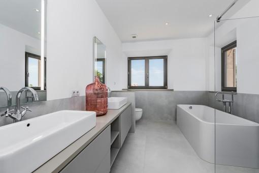 Hauptbadezimmer mit Badewanne und Dusche