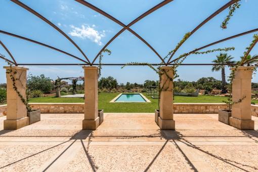 Blick von der Terrasse zum Swimmingpool