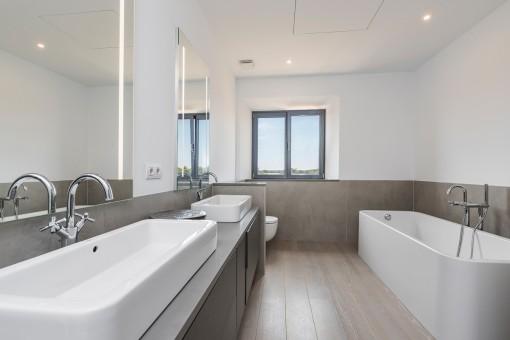 Eines von 5 Badezimmern im modernen Stil