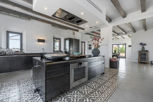 Großzügige, offen-gestaltete Küche