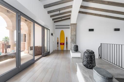 Schöne Galerie mit Terrasse auf dem Obergeschoss