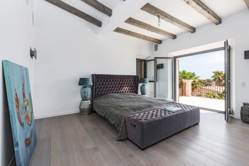Eines von 5 hellen Schlafzimmern mit Terrasse