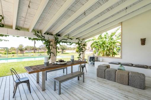 Bezaubernde Terrasse mit Sommerküche
