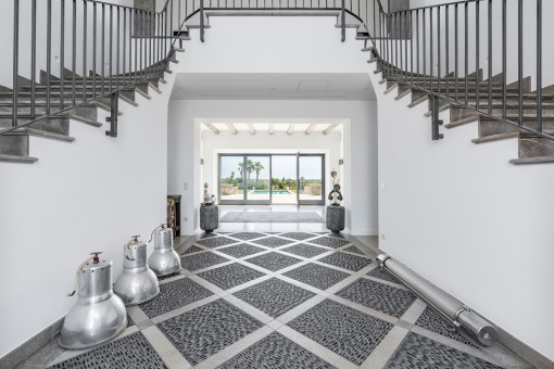 Beeindruckende Eingangshalle mit Doppel-Treppe