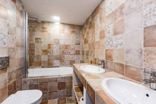 Eines von 3 hochwärtigen Badezimmern
