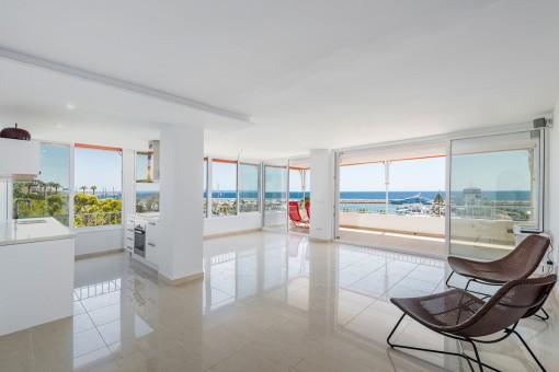 Wohn-und Essbereich mit großen Panoramafenstern
