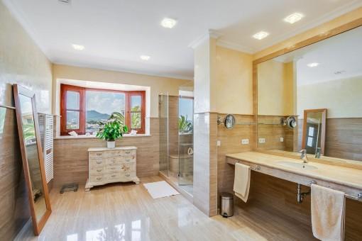 Lichtdurchflutetes Badezimmer mit begehbarer Dusche