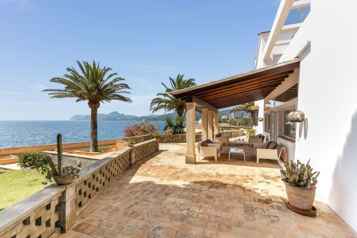 Schöne Veranda mit hochwertigen Loungemöbeln
